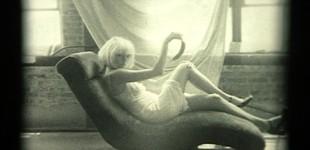 """Шенън Плъм Дрънкалки и черешки 2004, видео, серия Черно-бели, 04'07"""" Shannon Plumb Rattles and Cherries 2004, video, from Black and White Series 04'07"""""""
